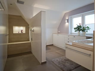 Casas de banho modernas por Höltkemeier InnenArchitektur Moderno
