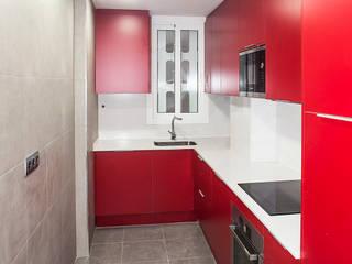 Grupo Inventia Cocinas de estilo moderno Compuestos de madera y plástico Rojo