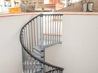 Escaleras : Pasillos y vestíbulos de estilo  de Grupo Inventia