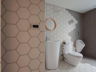 House M:  浴室 by 六相設計 Phase6
