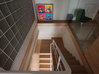 Corredores, halls e escadas minimalistas por 六相設計 Phase6 Minimalista