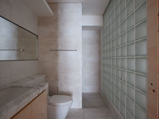Banheiros minimalistas por 六相設計 Phase6 Minimalista