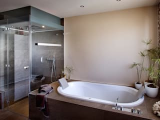 Baños de estilo moderno de repaBAD GmbH Moderno