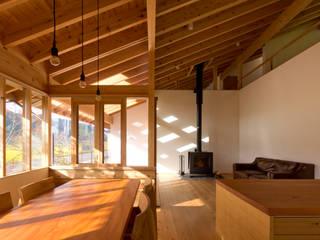 東吹の家(H&篠山事務所): エイチ・アンド一級建築士事務所 H& Architects & Associatesが手掛けたリビングです。