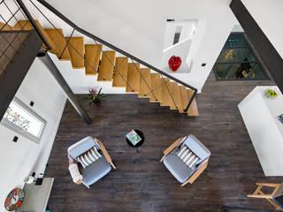Création villa avec piscine à Saint-Pée-sur-Nivelle Couloir, entrée, escaliers modernes par Agence CréHouse Moderne