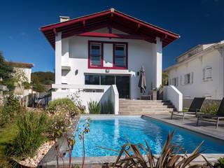 Création villa avec piscine à Saint-Pée-sur-Nivelle Maisons modernes par Agence CréHouse Moderne