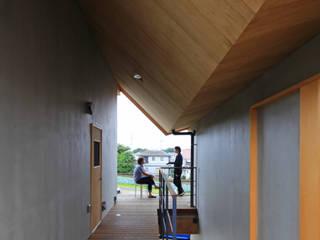 関沢の共同住宅: 鈴木淳史建築設計事務所が手掛けたテラス・ベランダです。
