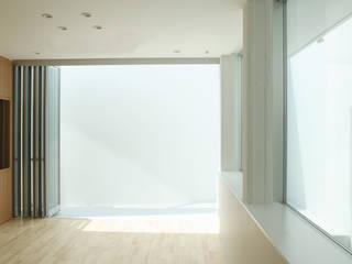 用賀の家: 鈴木淳史建築設計事務所が手掛けた寝室です。