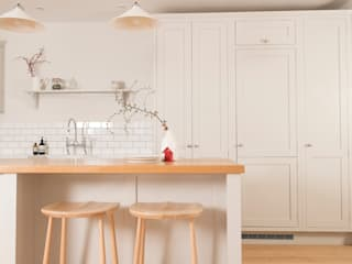 Plain and Simple Chalkhouse Interiors Classic style kitchen Wood White
