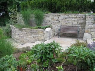 Sitzplatz mit Trockenmauer: industrialer Garten von Steinbruchbetriebe Grandi GmbH