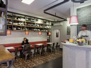 """Bar Enoteca """"Vinoria"""" -  Trasformazione di una ex macelleria in bar-enoteca nel centro storico di Chiavari (GE): Bar & Club in stile  di Manrico Mazzoli Architetto"""