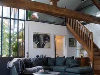 Verrière centrale sur le salon: Salon de style  par PLAST Architectes