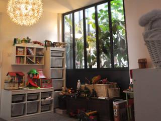 PROJET L: Réhabilitation de greniers en appartement familial: Chambre d'enfant de style  par PLAST Architectes