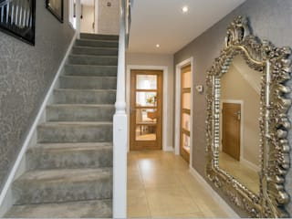 Take a step into luxury each day.. Pasillos, vestíbulos y escaleras modernos de Graeme Fuller Design Ltd Moderno