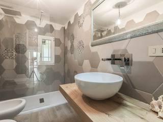 Bagno con piastrelle a motivo esagonale: Bagno in stile in stile Moderno di Facile Ristrutturare