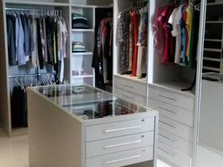Closet: Closets  por Rmlo Arquitetura . Design . Iluminação