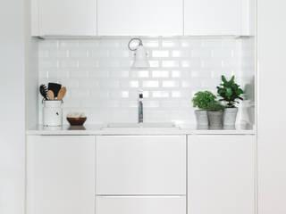 Detalhe lavatório Cozinhas escandinavas por Arkstudio Escandinavo