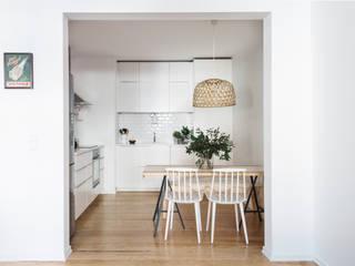 Vista geral da cozinha: Cozinhas  por Arkstudio,Escandinavo