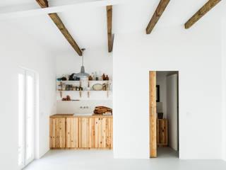 Vista da zona de copa e instalação sanitária: Cozinhas  por Arkstudio,Rústico