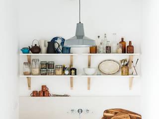 Pormenor da zona de copa: Cozinhas  por Arkstudio,Rústico