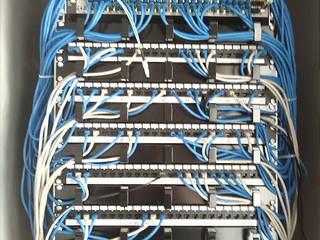 Cablaggi, armadio dati :  in stile  di marco luppi consulenze e servizi alle imprese