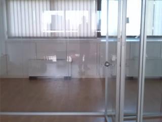 nuovi uffici: Direzione, salottino, parete vetrata:  in stile  di marco luppi consulenze e servizi alle imprese
