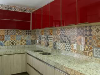 Cris Nunes Arquiteta キッチンキャビネット&棚