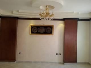 Mr. Hamdy Appartment:  غرفة المعيشة تنفيذ Etihad Constructio & Decor,