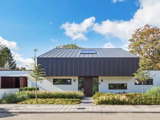 voorgevel Villa Wierden - schipperdouwesarchitectuur: moderne Huizen door schipperdouwesarchitectuur