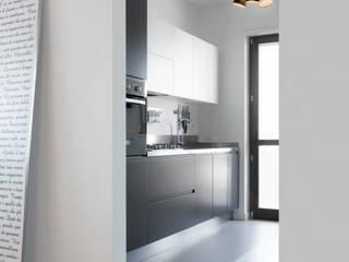 "Casa ""Elle"" bianca e grigia: Cucina in stile in stile Minimalista di MAMESTUDIO"