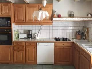Avant : une cuisine rustique et triste: Cuisine de style de style Moderne par (pH)²