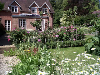 Country Cottage Garden, Hampshire Classic style garden by GreenlinesDesign Ltd Classic