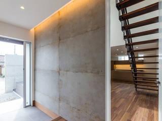 Modern corridor, hallway & stairs by 中村建築研究室 エヌラボ(n-lab) Modern