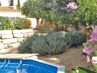 All-inclusive, terraced garden in Portugal: Jardins  por WOW Smart Living,Mediterrânico