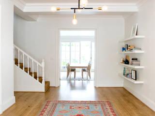 ATTIK Design Corredores, halls e escadas escandinavos