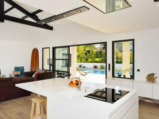 Création villa avec piscine Cuisine moderne par Agence CréHouse Moderne