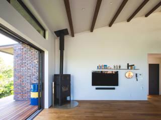 勾配天井のリビング: COLOR LABEL DESIGN OFFICEが手掛けたです。