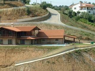 "Casas de Madeira:  {:asian=>""asiático"", :classic=>""clássico"", :colonial=>""colonial"", :country=>""campestre"", :eclectic=>""eclético"", :industrial=>""industrial"", :mediterranean=>""Mediterrâneo"", :minimalist=>""minimalista"", :modern=>""moderno"", :rustic=>""rústico"", :scandinavian=>""escandinavo"", :tropical=>""tropical""} por CASEMA - Casas Especiais de Madeira, Lda,"
