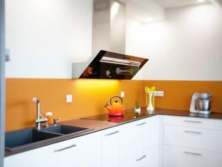 weiße Küche in Dachwohnung: moderne Küche von KÜCHENTREFF M. Liebold