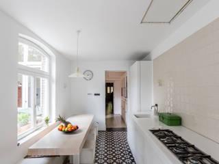 BLACK & WHITE: moderne Keuken door ZOOM.INDUSTRIES