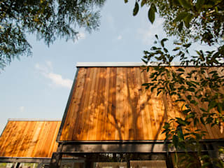FAMWOOD 自然紅屋 Casas de estilo moderno