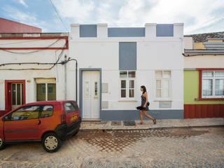 Casas  por studioarte , Minimalista Tijolo