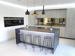 An effortlessly, stylish design : modern Kitchen by PTC Kitchens