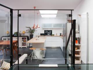 Extension d'une maison individuelle Cuisine moderne par PLAST Architectes Moderne