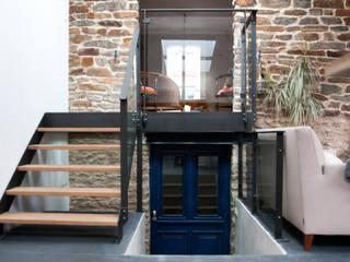 Escalier: Couloir et hall d'entrée de style  par PLAST Architectes