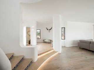 LED Stairs Livings modernos: Ideas, imágenes y decoración de studioarte Moderno