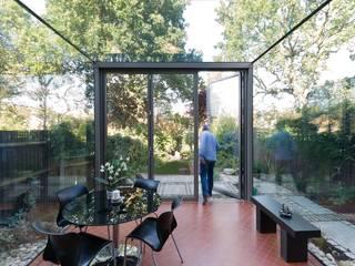 Frameless Glass Box Extension Trombe Ltd Jardines modernos: Ideas, imágenes y decoración