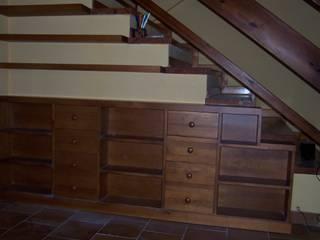 Mueble bajo escalera y baldas: Salones de estilo  de la alacena segoviana s.l