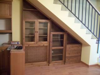 Mueble bajo escalera con cubre radiador: Salones de estilo  de la alacena segoviana s.l