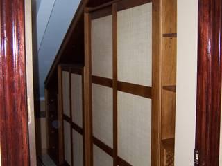 Mueble bajo escalera en pasillo: Estudios y despachos de estilo  de la alacena segoviana s.l